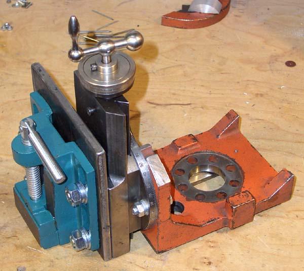 Пример крепления шпинделя (на данном фото тиски) через ластохвост на поворотном (ротационном) узле вертикальной стойки