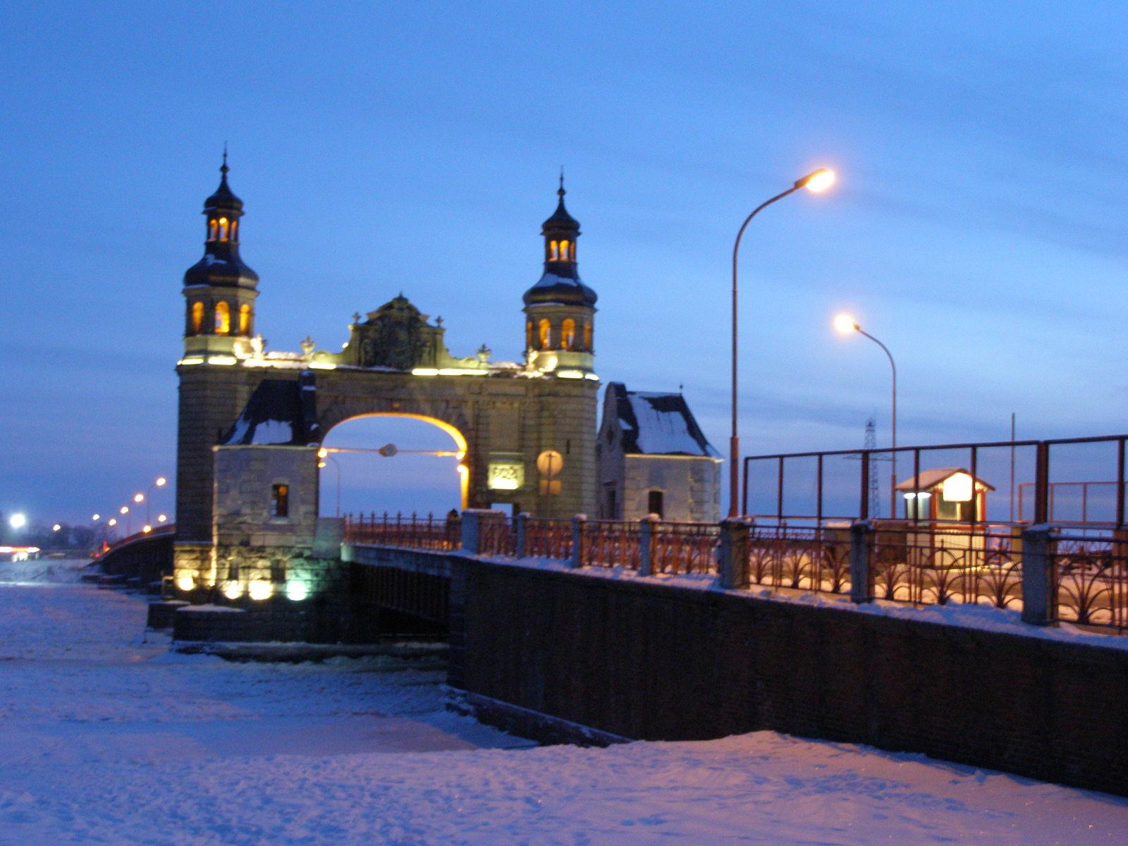 Знаменитый мост королевы Луизы . Посередине моста проходит госграница между Литвой и Калининградской областью.