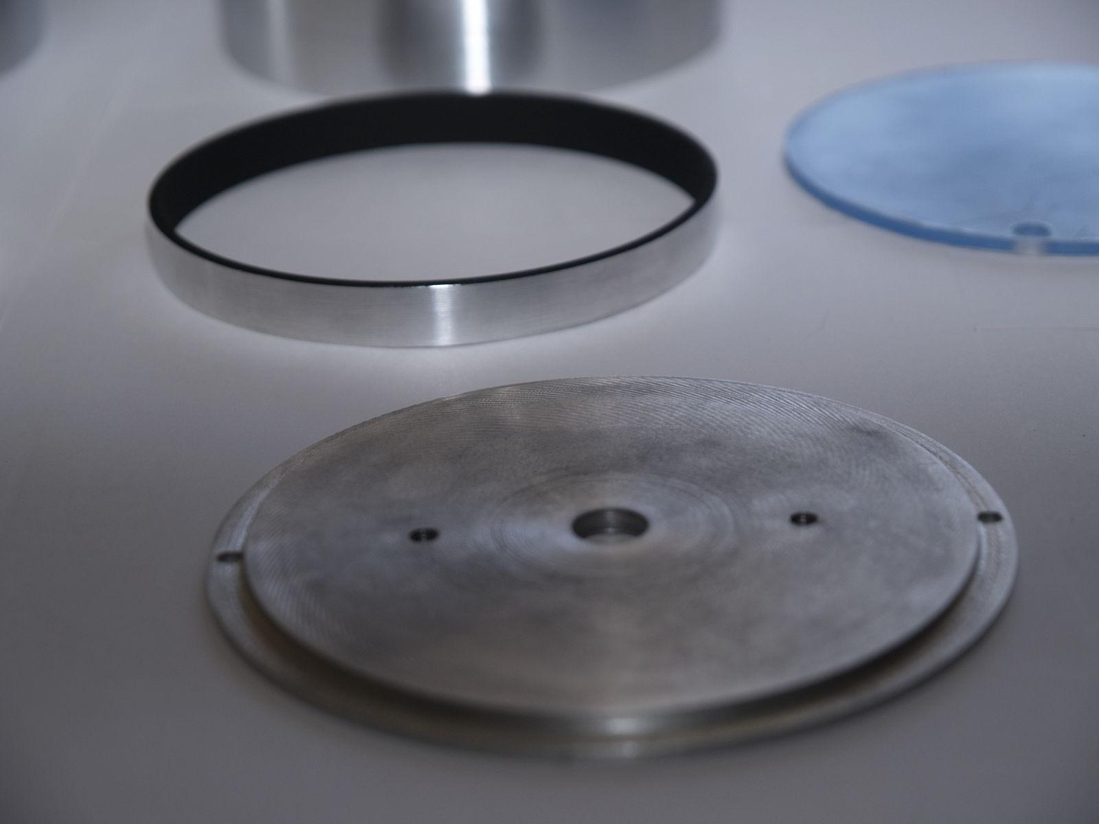 Детали корпусов приборов (тахометр и спидометр)