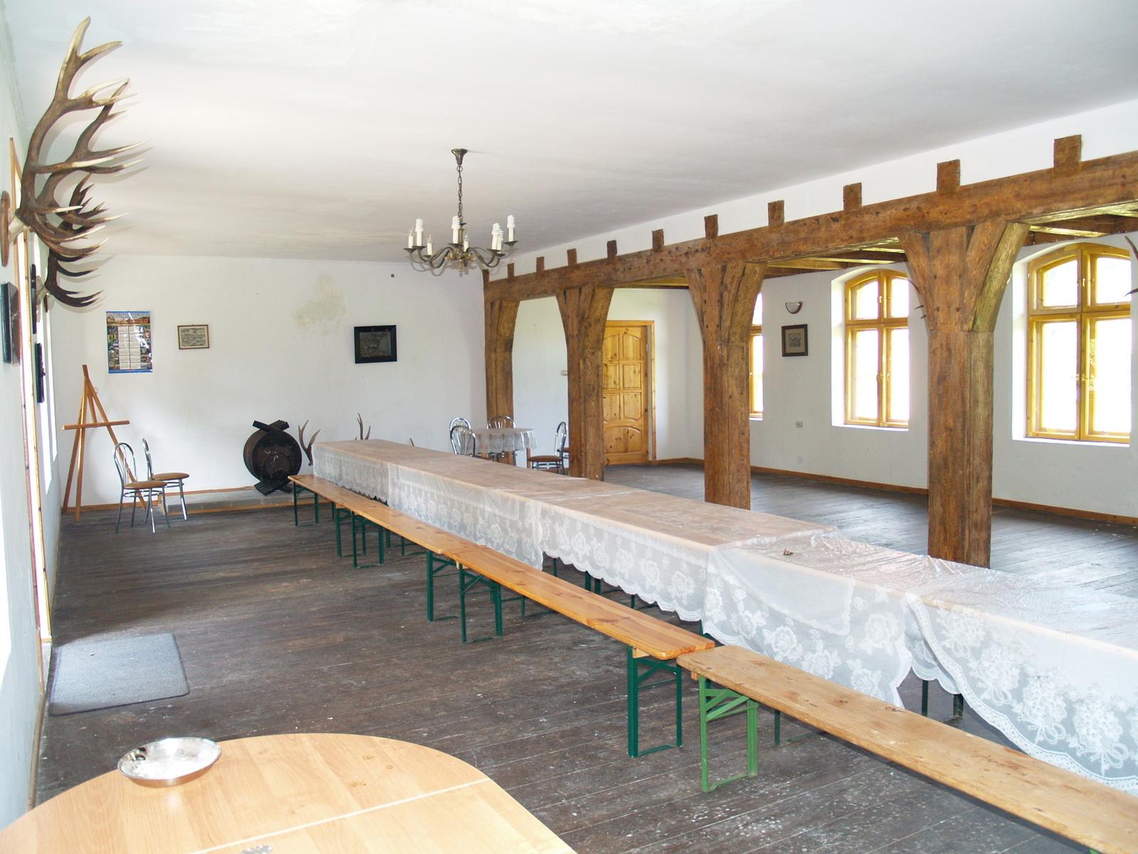 Частично восстановленный банкетный зал.