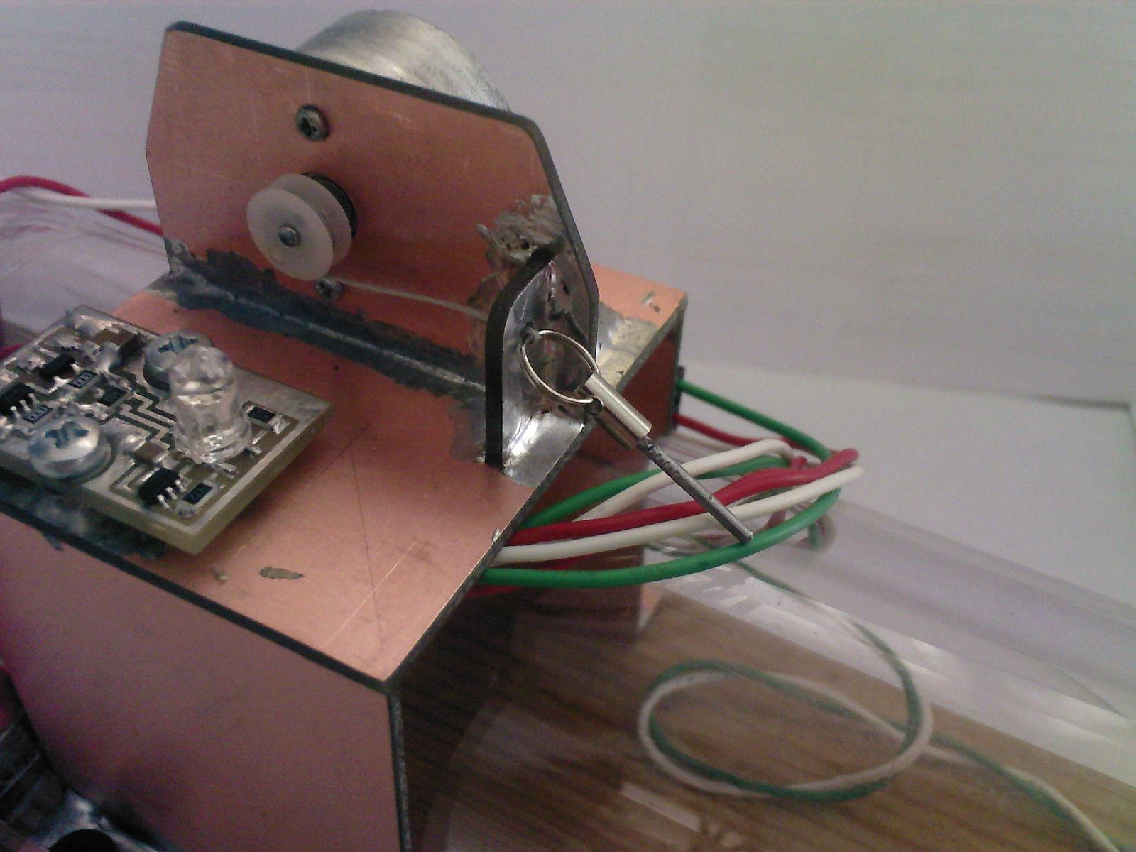 Мышеловка: штифт дверцы и его ограничитель