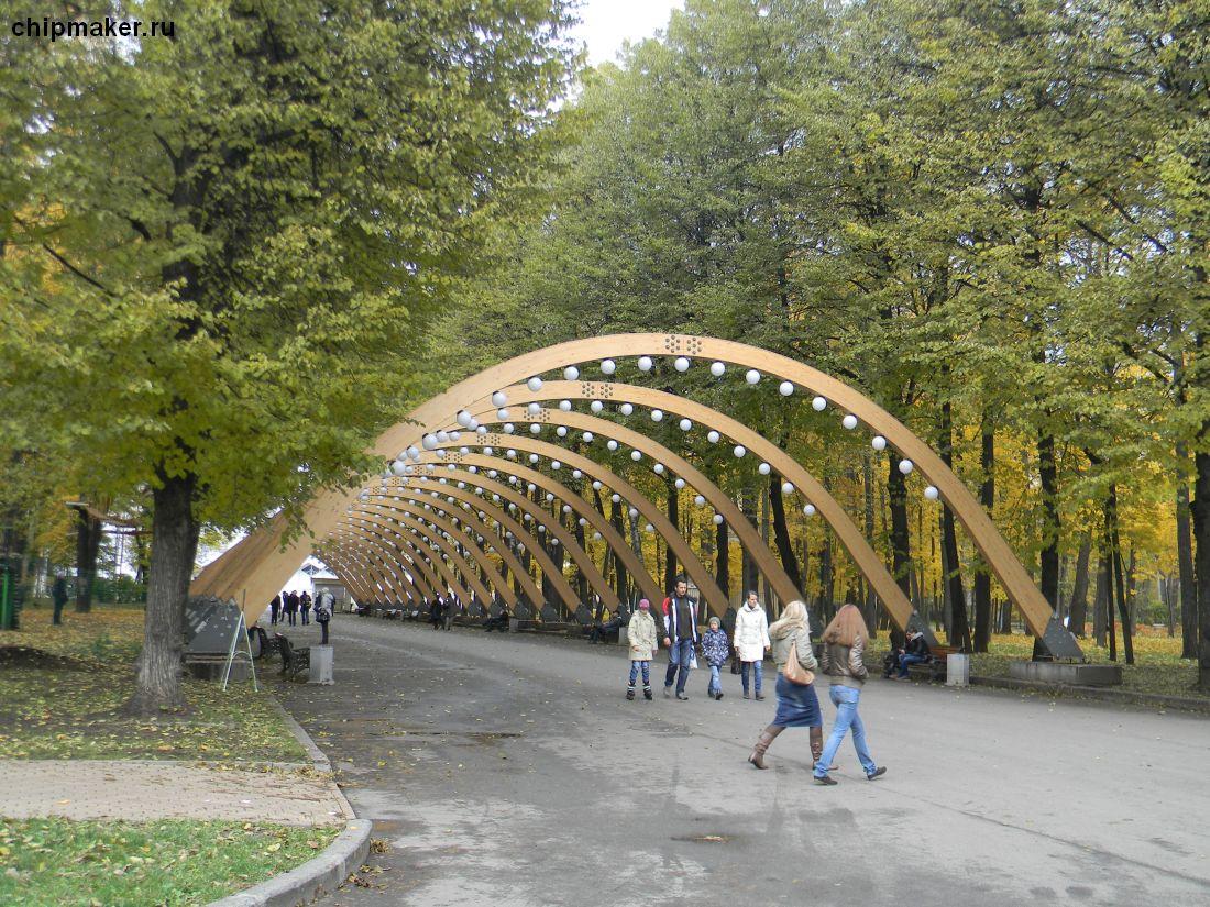 По дороге арка с фонариками