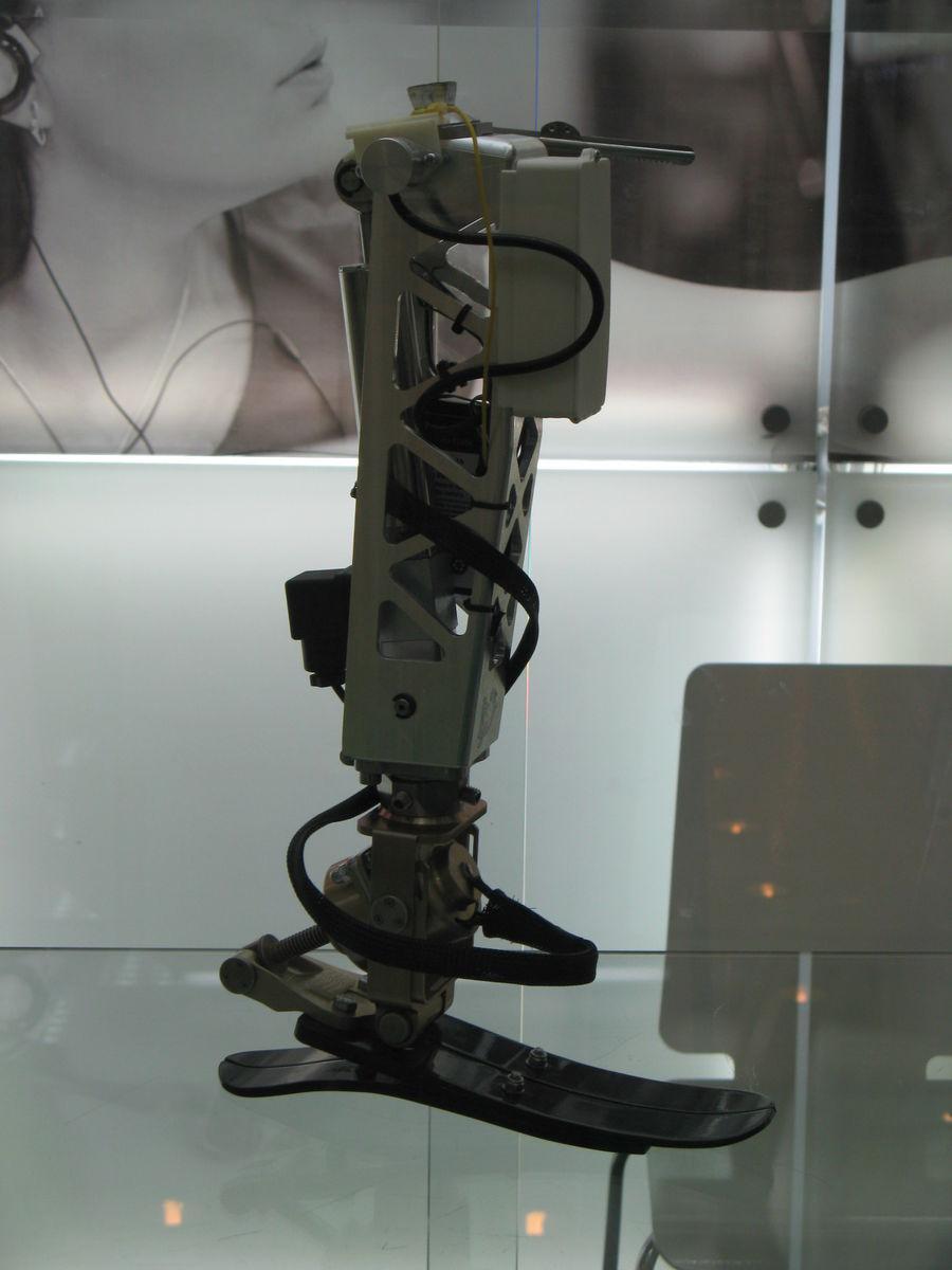 Бионический роботизированный экзопротез нижней конечности (макет) КИМ-1020