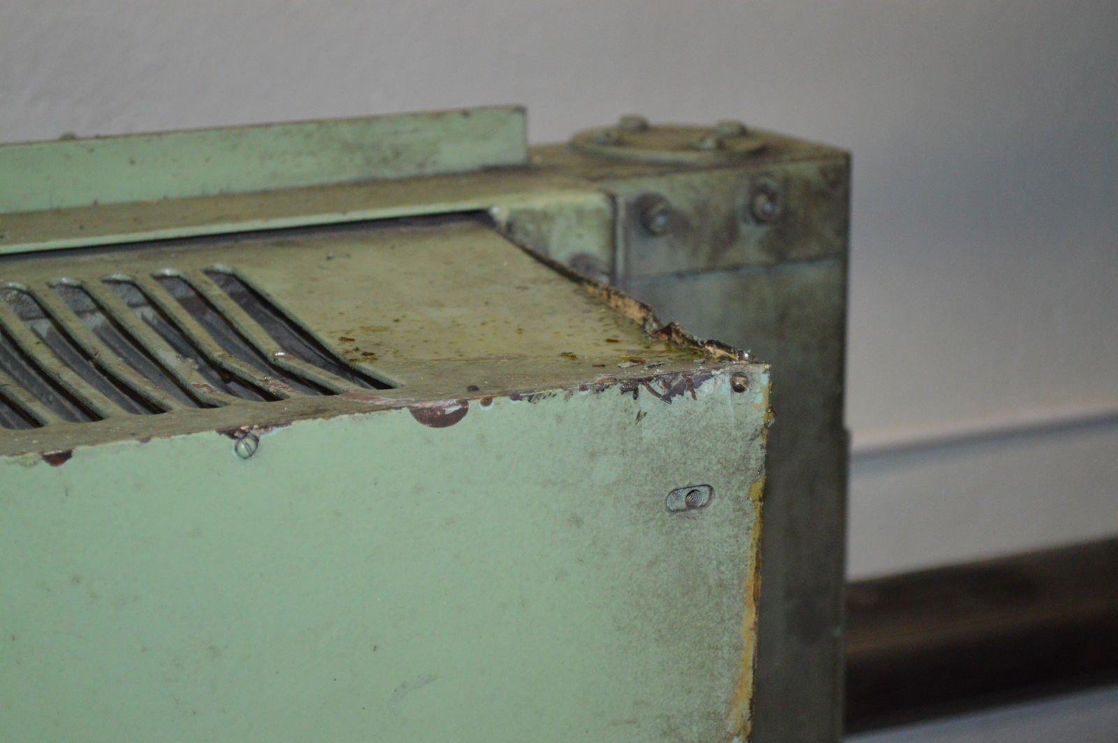 Помятый кожух радиатора гидростанции