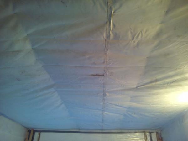 Потолок подшит банером