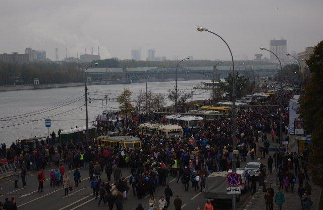 Вид с Крымского моста на экспозицию, посетителей много.