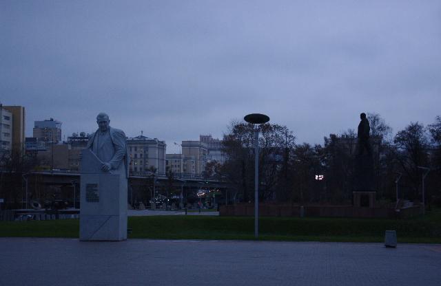 На заднем плане справа виден силуэт памятника Сергею Павловичу Королеву. Аллея Космонавтов. Москва.