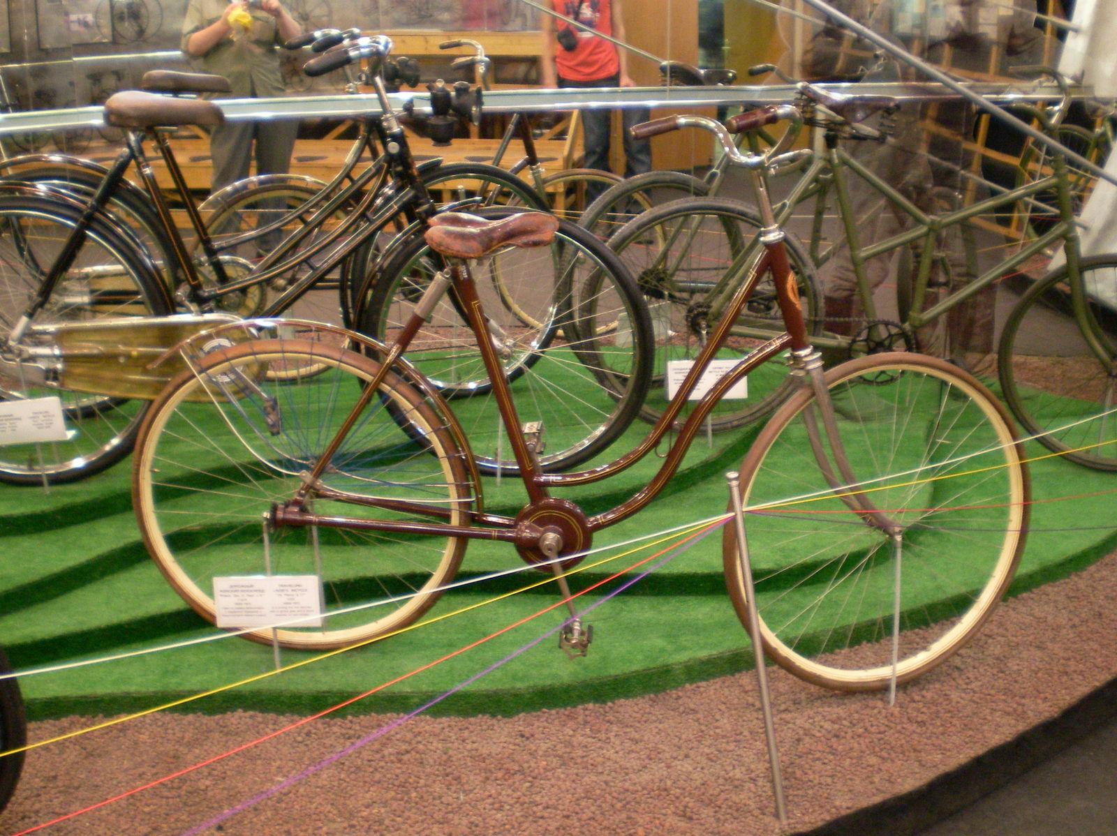 Велосипед с карданной/торсионной передачей.