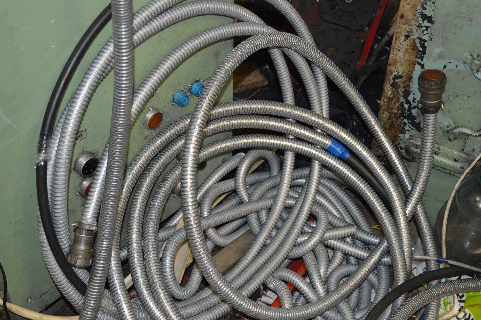 Засунули кабеля в гофры
