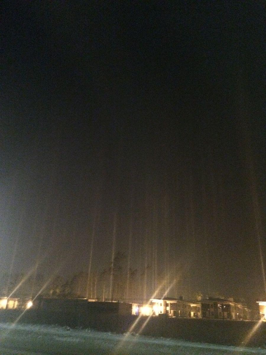 Световые столбы в ночи.