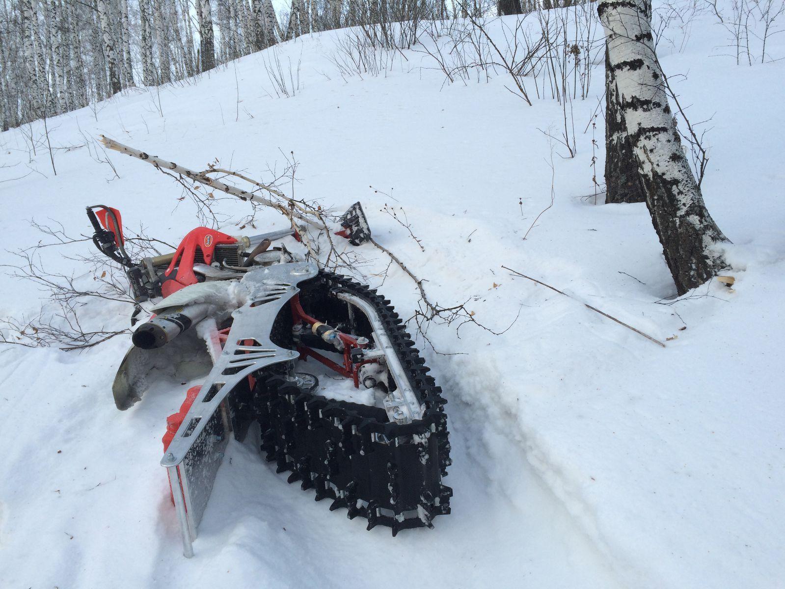 нападение ветки на снегоцикл))))