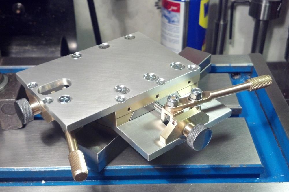 Столик с поворотным кольцом и регуляторами