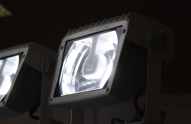 Рефлекторный светодиодный прожектор калужского производства в работе.