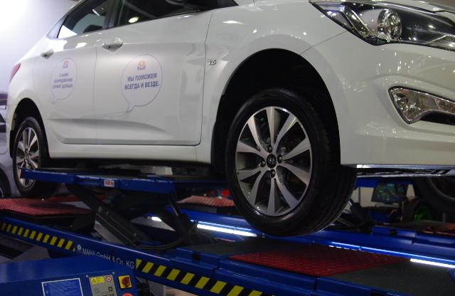 Опциональная, перемещаемая перпендикулярно площадка с приводом под передним колесом, позволяет оценивать состояние подвески.