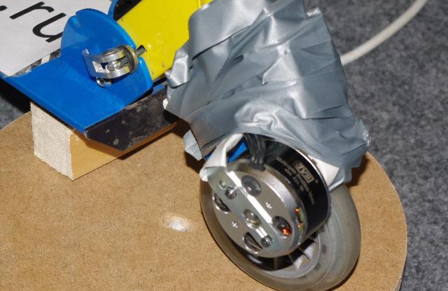 Аккумуляторный самокат, привод на переднее колесо, масса самоката менее 3кг, аккумулятор размещен в рулевой трубе.