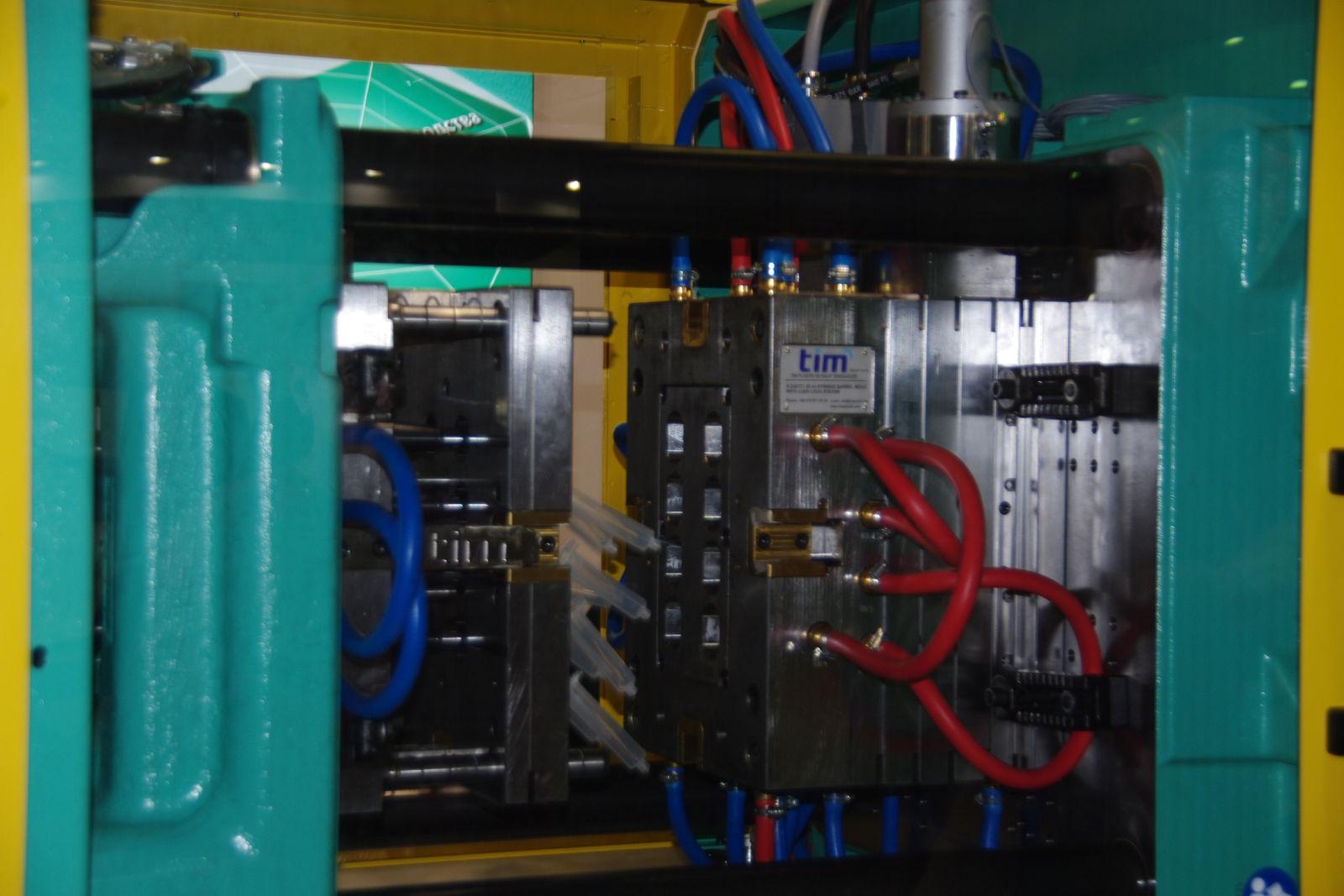 Финальный этап производства корпуса пластикового шприца.