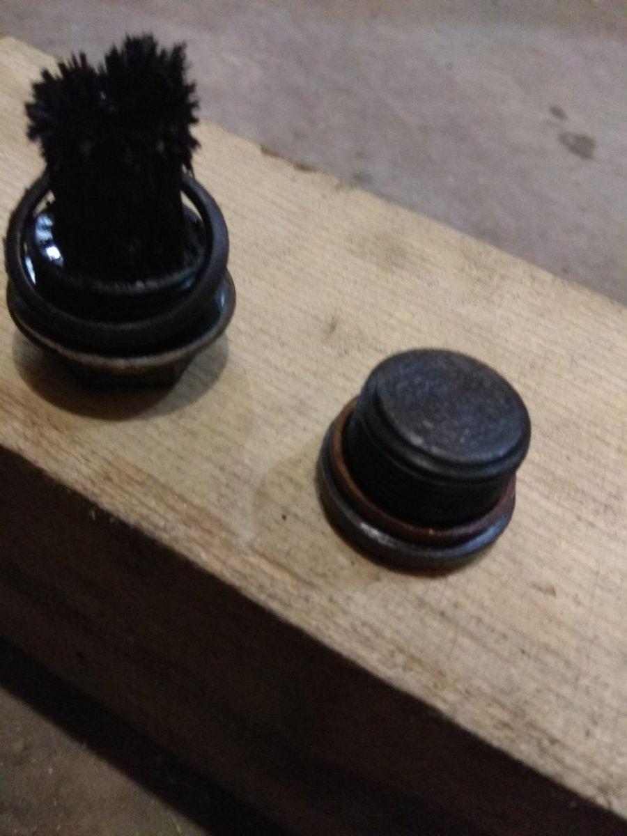 Пробка и магнит с коробки подач