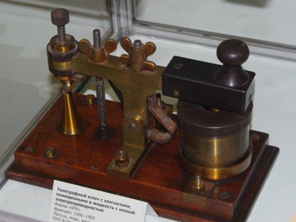 Телеграфный ключ с контактами погруженными  в жидкость с низкой электропроводностью