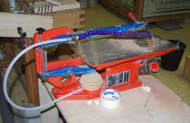 Электролобзик с возможностью наклона стола.