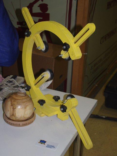 Большой фанерный люнет для обработки древесины.