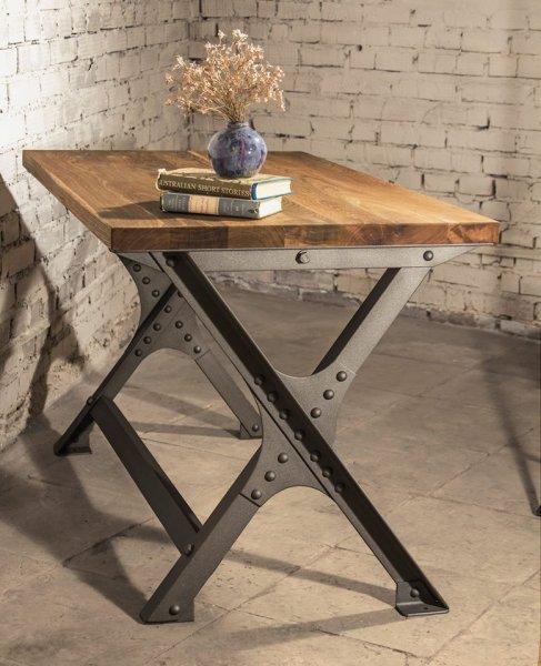 Клепаный стол в индустриальном стиле