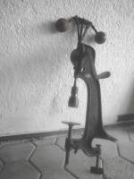 Antike Handbohrmaschine aus Guss,mit Automatischem Vorschub (Fliehkraft).JPG