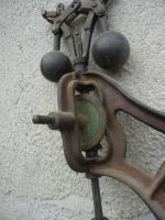Dachbodenfund, Tischbohrmaschine um 1900+, Patent Regulateur, Händlerschild Nürnberg, Weinrot mit Weißer Linierung_4.JPG