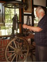 Eduard Balbach an einer Säulenbohrmaschine mit eingespanntem Wagenrad..jpg