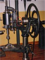 Eine handbetriebene Bohrmaschine_big, red.jpg