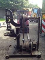 Eine handbetriebene Bohrmaschine - modern..jpg